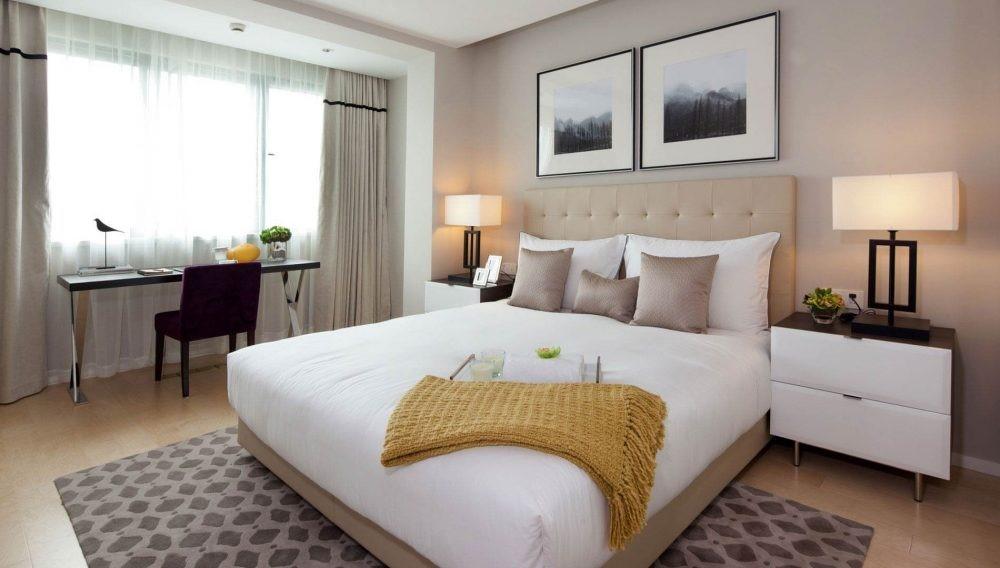 Giường trắng cao, rộng tạo nên sự nổi bật